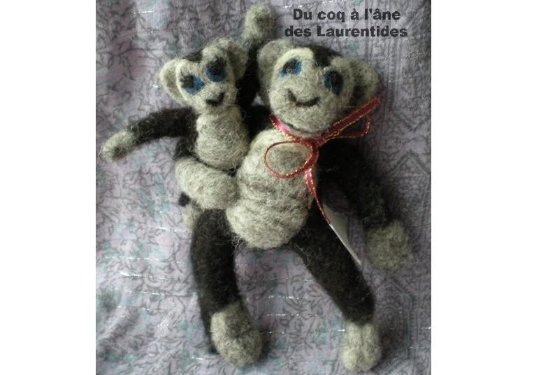 mère tenant bébé singe(alpaga-mouton)